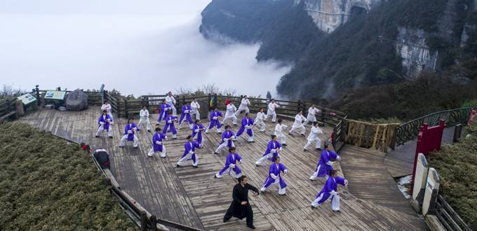 300 people brave Chongqing cold to practice Taichi